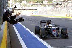 Temporada 2016 F1-russian-gp-2016-mclaren-team-members-congratulate-fernando-alonso-mclaren-mp4-31-on-his