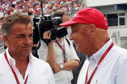 Jean Alesi, with Niki Lauda, Mercedes Non-Executive Chairman on the grid
