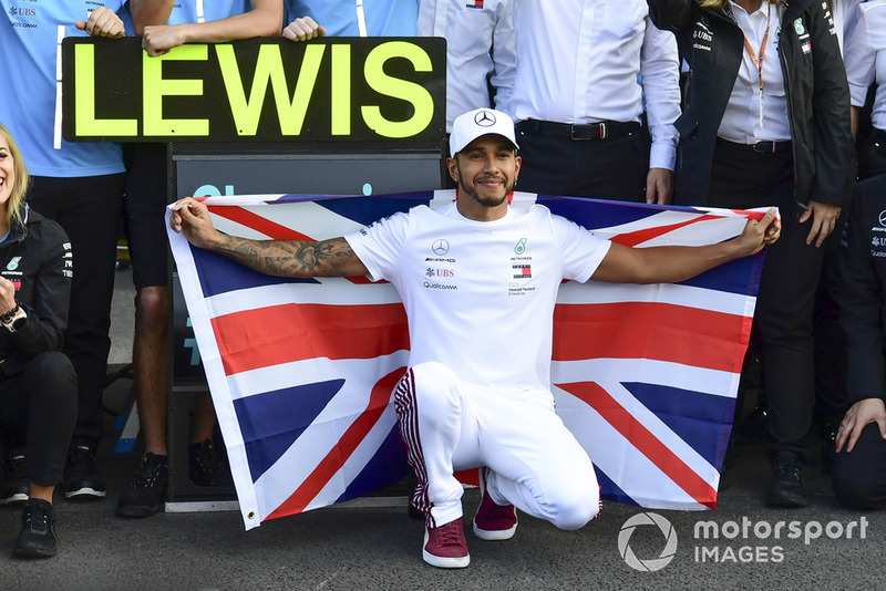 Lewis Hamilton, Mercedes AMG F1 celebrates with his team