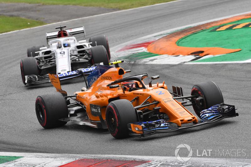 Stoffel Vandoorne, McLaren MCL33 and Marcus Ericsson, Sauber C37 battle