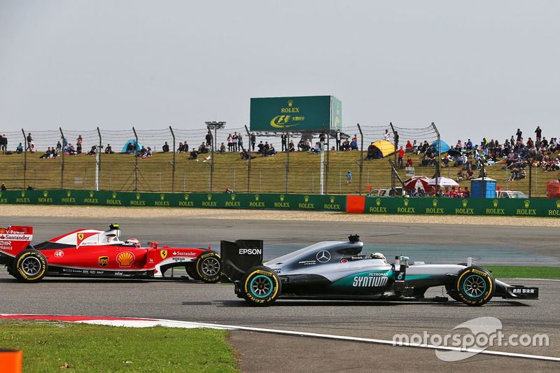 Lewis Hamilton, Mercedes AMG F1 Team W07 and Kimi Raikkonen, Ferrari SF16-H battle for position