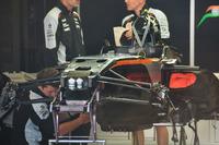 Formula 1 Photos - Mechanics working on the Sahara Force India F1 VJM09