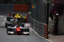 Daniel de Jong, MP Motorsport, with Sean Gelael, Campos Racing hitting the barrier