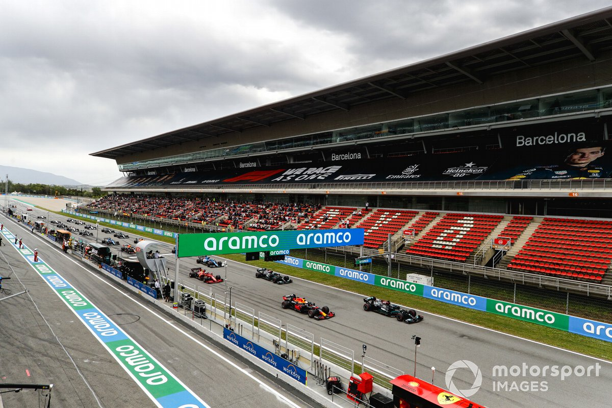 Lewis Hamilton, Mercedes W12, Max Verstappen, Red Bull Racing RB16B, Valtteri Bottas, Mercedes W12, Charles Leclerc, Ferrari SF21, Esteban Ocon, Alpine A521, and the rest of the field away at the start