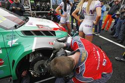 Mechanics working on the car of Mehdi Bennani, Sébastien Loeb Racing, Citroën C-Elysée WTCC