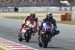 MotoGP 2016 Motogp-catalan-gp-2016-jorge-lorenzo-yamaha-factory-racing-just-before-andrea-iannone-duca