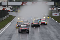 Start race: José María López, Citroën World Touring Car Team, Citroën C-Elysée WTCC leads