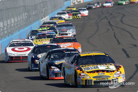 Kenseth wins Phoenix, Stewart keeps points lead