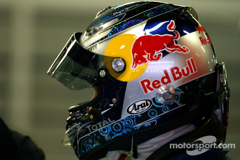 Vettel stays with Red Bull
