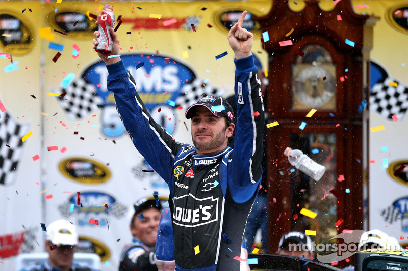 Johnson storms to victory at Martinsville and takes point lead