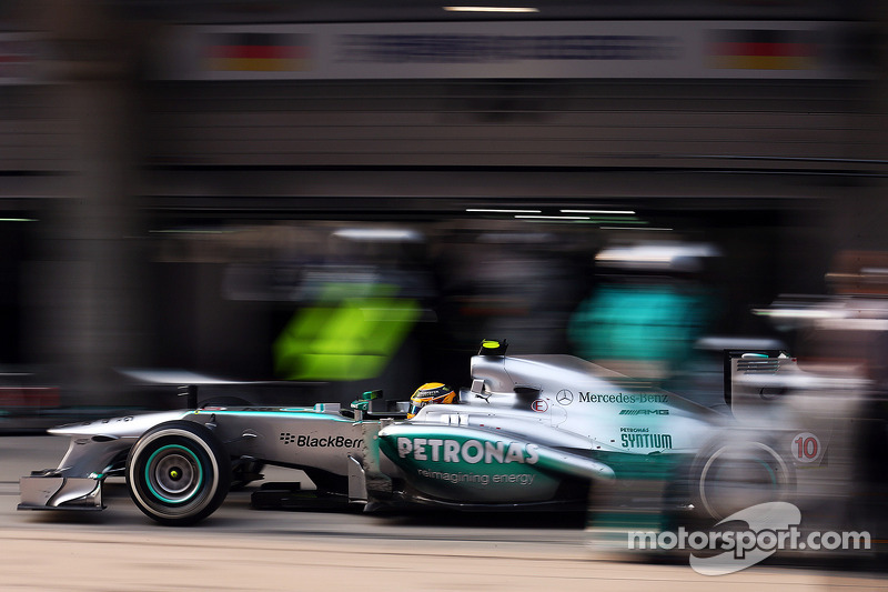 Hamilton and Rosberg eager to start the race at Bahrain
