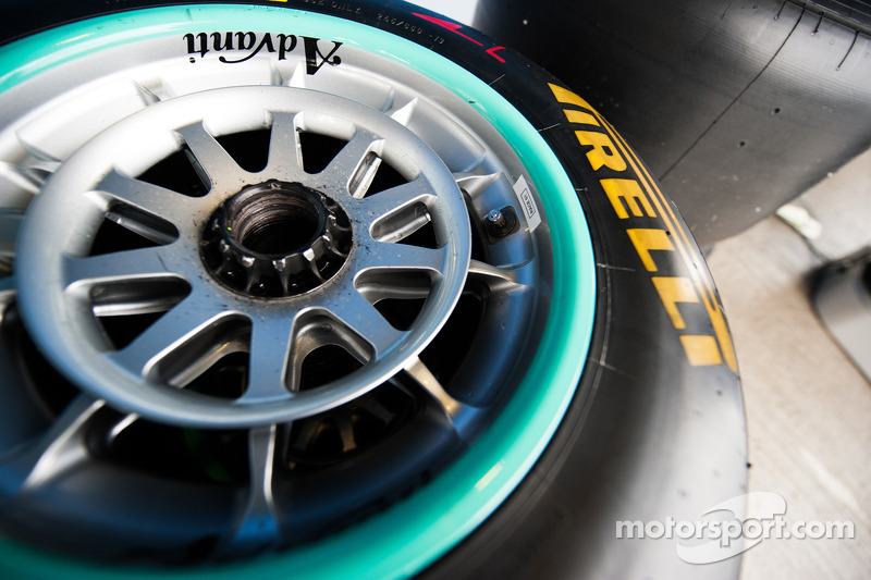 Pirelli tries out sticker thermometers in Bahrain