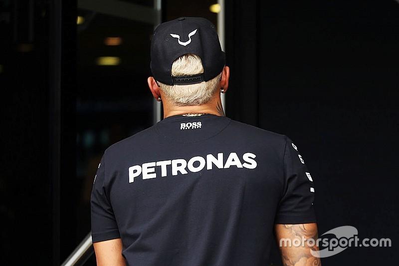 Hamilton pinta cabelo de loiro platinado para GP em Monza