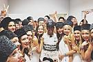 Hamilton comemora vitória em Sochi com grid girls