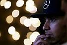 Lewis Hamilton: Verspätung wegen Fieber und Autounfall