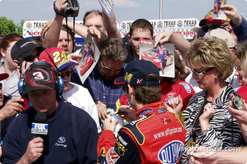 Gordon gets mobbed before qualifying