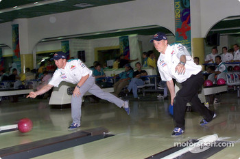 Sauber Petronas bowling tournament: Nick Heidfeld and Kimi Raikkonen