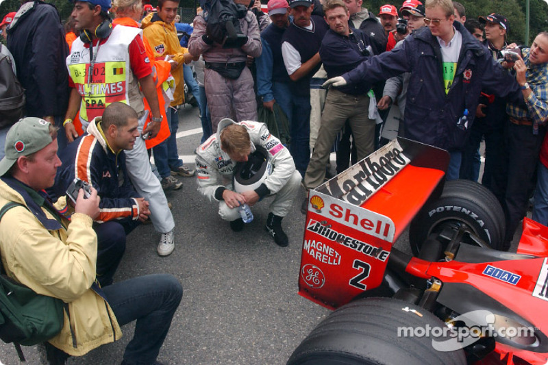 Mika having a look at the back of the Ferrari