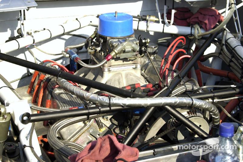 V8 engine with carburetor restrictor plate