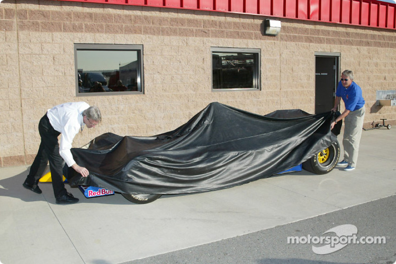 Eddie Cheever unveiling the new Red Bull Infinit car