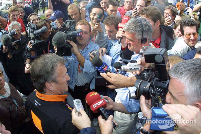 Tom Walkinshaw, asediado por la prensa en la previa del GP de Australia de 2002.