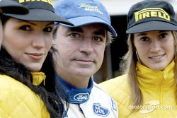 Carlos Sainz with the Pirelli girls