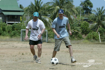 Sauber fitness training camp in Alor Setar: Heinz-Harald Frentzen plays football