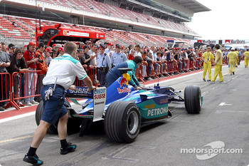 Sauber team members on pitlane