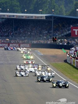 The two Bentleys lead the field to the green flag