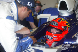Juan Pablo Montoya describes the finer points of an F1 car to Jeff Gordon