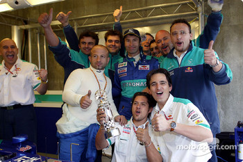 Heinz-Harald Frentzen celebrates podium finish with Sauber team members