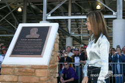 Presentation of the Dale Earnhardt memorial: Teresa Earnhardt