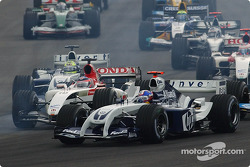 Start: Juan Pablo Montoya battles with Takuma Sato
