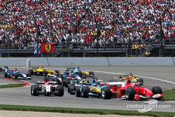 Start: Michael Schumacher and the rest of the field