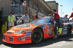 Jeff Gordon's crew push the car to the starting grid