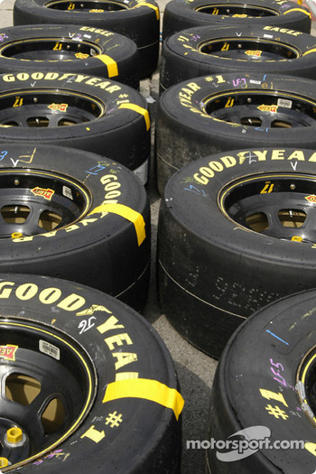 Tire rows are ready in the pit lane