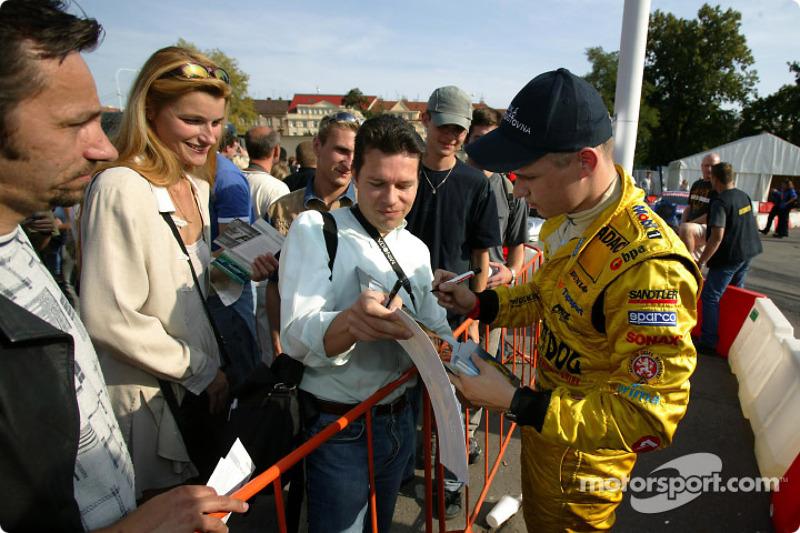 Jarek Janis signs autographs
