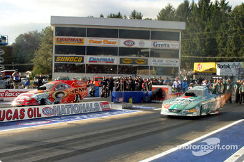 Funny Car final, Gary Scelzi over John Force