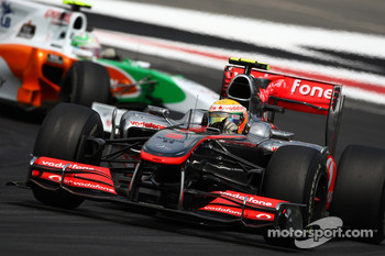 Lewis Hamilton, McLaren Mercedes leads Vitantonio Liuzzi, Force India F1 Team