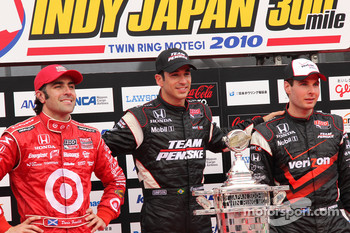 Podium: race winner Helio Castroneves, Team Penske, second place Dario Franchitti, Target Chip Ganassi Racing, third place Will Power, Team Penske
