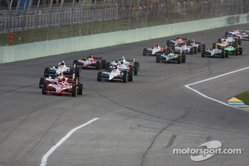 Dario Franchitti, Target Chip Ganassi Racing leads the field on lap one