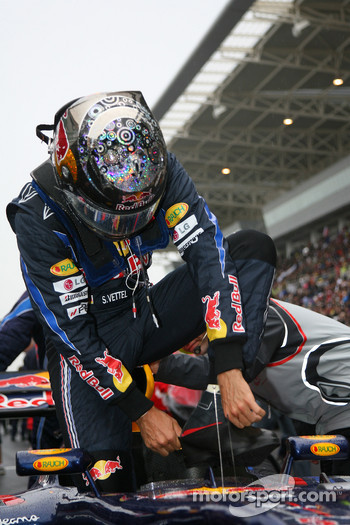 Sebastian Vettel, Red Bull Racing put on his boot protectors