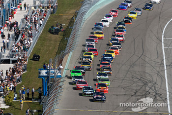 Start: Kasey Kahne, Red Bull Racing Team Toyota leads the field