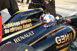 Vitaly Petrov, Lotus Renault GP with a good will message for Robert Kubica, Lotus Renault GP