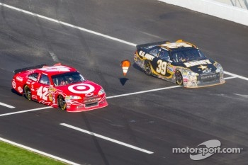 Juan Pablo Montoya, Earnhardt Ganassi Racing Chevrolet and Ryan Newman, Stewart-Haas Racing Chevrolet