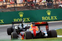 Lewis Hamilton, Mercedes AMG F1 W07 Hybrid, vor Daniel Ricciardo, Red Bull Racing RB12