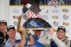 Sieger Chris Buescher, Front Row Motorsports, Ford; Bob Osborne, Crewchief