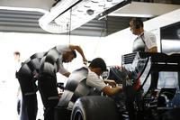 Формула 1 Фото - Члены команды McLaren  работают в гараже