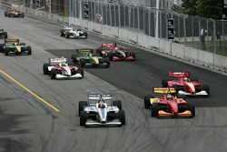 Start: Oriol Servia and Sébastien Bourdais battle for the lead