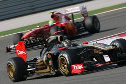 Nick Heidfeld, Lotus Renault GP leads Felipe Massa, Scuderia Ferrari